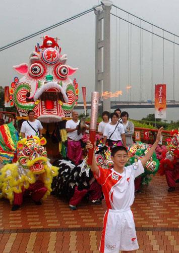 5月2日,香港传递最年轻的火炬手、14岁的乒乓球运动员赵颂熙在青马大桥观景台展示火炬。当日,北京奥运会圣火传递活动在中国香港举行。 新华社记者公磊摄