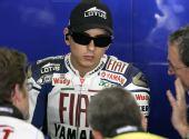 图文:MotoGP上海站首次练习 墨镜酷装洛伦佐