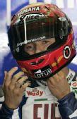 图文:MotoGP上海站首次练习 洛伦佐整理头盔