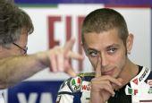 图文:MotoGP上海站首次练习 罗西摸摸鼻子