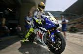 图文:MotoGP上海站首次练习 罗西驶出维修间