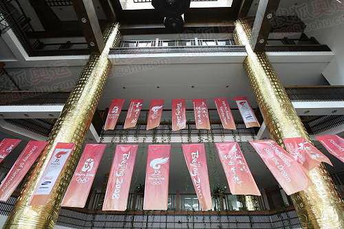 080502 三亚 酒店内的火炬传递旗帜 崔萌