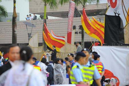 图文:香港奥运圣火传递 霍震霆致辞