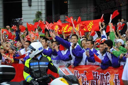 图文:香港奥运圣火传递 现场大学生