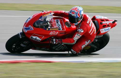 图文:MotoGP上海站次回练习 斯托纳小心过弯