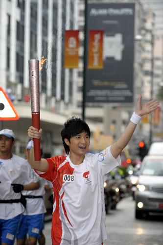 炬手、香港艺人古巨基在进行传递。   新华社记者戚恒摄
