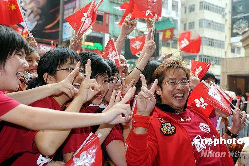 """香港红星谭咏麟出席时代广场举行的""""全民迎圣火 中国加油""""庆祝活动,与市民一起见证奥运圣火在香港的传递。中新社发蔡蔓莉摄"""