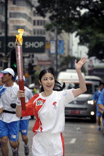火炬手、香港艺人陈慧琳在进行传递。 新华社记者戚恒摄
