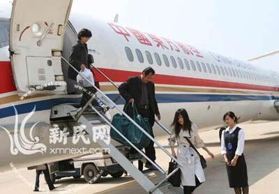 上海医疗专家组走下飞机 图片由阜阳市政府新闻办提供