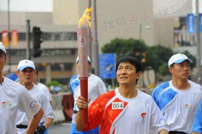 刘德华仰望奥运圣火