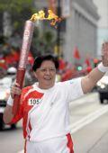 图文:奥运火炬在香港传递 范徐丽泰在进行传递