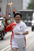 图文:奥运火炬在香港传递 范徐丽泰进行传递