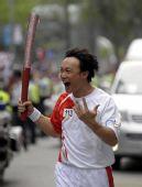 图文:奥运火炬在香港传递 陈奕迅在进行传递