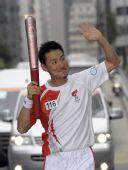 图文:奥运圣火在香港传递 张学友正在进行传递