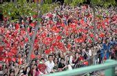 图文:奥运会火炬在香港传递 热情观众路旁迎接
