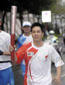 图文:奥运会火炬在香港传递 高礼泽在进行传递