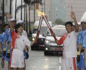 图文:奥运火炬在香港传递 刘德华与叶佩延交接