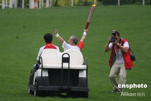 五月二日,北京奥运圣火在香港传递,香港马会主席陈祖泽在沙田马场出席了传递活动。 中新社发 武仲林 摄