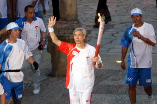 最后一名火炬手梁庆庭传递圣火