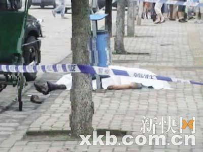 出事后,车夫的尸体被人用白布盖住。报料人供图