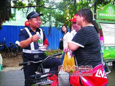 网友走上街头给警察、城管、协管人员送水。(网友王女士供图)