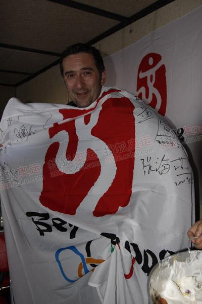 德国电视二台的记者约克在海拔5040米的绒布珠峰大本营度过了他47岁的生日