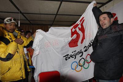 珠峰传递新闻中心副主任刘建给约克送上了一份特殊的礼物--北京奥运会会旗