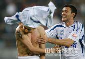 图文:[中超]天津3-1成都 张烁脱衣庆祝
