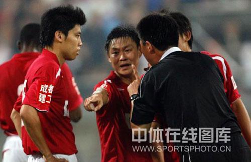 图文:[中超]天津3-1成都 成都队员和裁判辩解
