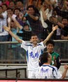 图文:[中超]天津3-1成都 路易斯庆祝进球