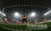 图文:[中超]天津3-1成都 门前一片混乱