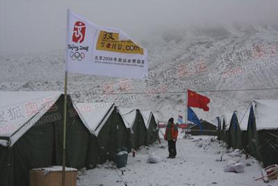 天气骤变一夜之间大雪封营,一片银装素裹