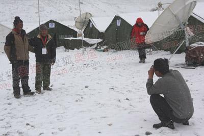大雪还在下个不停,人们抓紧时间留影