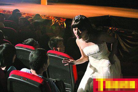 """现场增设了观众互动环节,穿起婚纱的张达明甚至即兴找""""老公""""向台下的男观众""""逼婚""""。"""