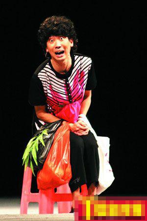 张达明扮广州师奶,拎着真蔬菜当道具。