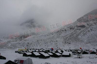 平时天气清澈空旷高远的大本营,也坠入云雾缭绕之中