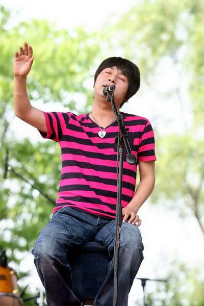 首届杭州西湖现代音乐节现场 动情歌唱