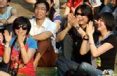 首届杭州西湖现代音乐节现场 老狼席地而坐听歌