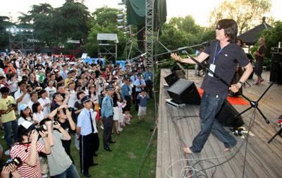 首届杭州西湖现代音乐节现场 老狼赤脚支持叶蓓