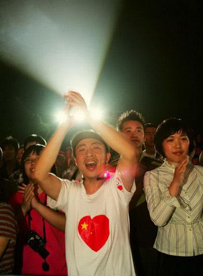 首届杭州西湖现代音乐节现场 歌迷热情洋溢