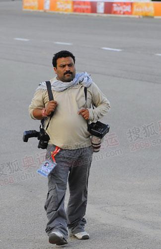 这名开心果般的巴基斯坦记者一直在车上和我逗乐,只是他占据了太多的空间