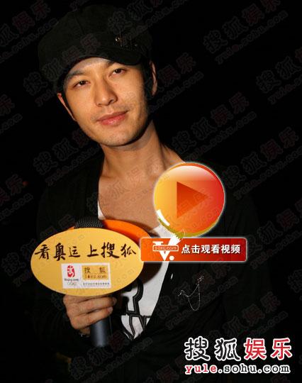 黄晓明深夜抵达三亚,第一时间接受搜狐娱乐采访