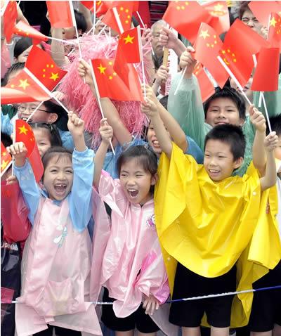 香港小朋友沿途欢迎北京奥运圣火。