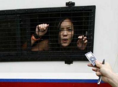 女藏独分子被警方逮捕