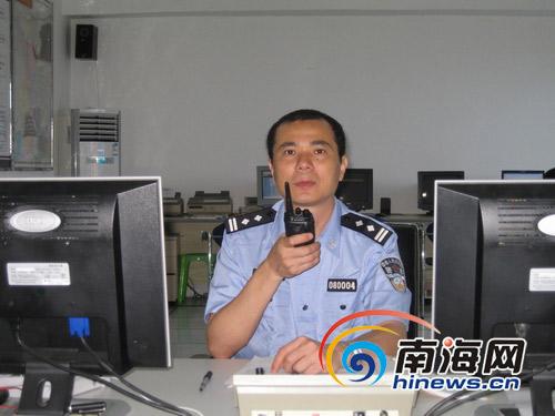 岑诗东副局长在指挥安保工作(本网记者 汪德芬 摄)
