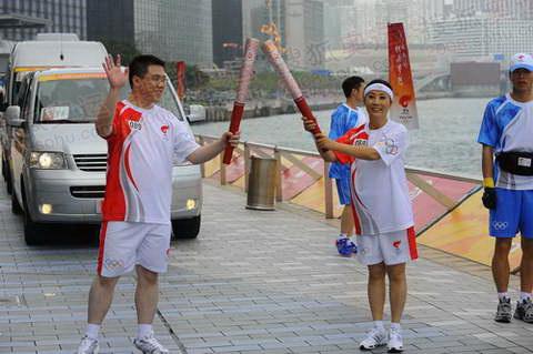 与李奇光交接; 组图:香港圣火传递星光熠熠