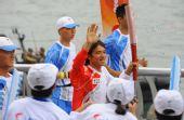 组图:香港圣火传递星光熠熠 首席单车手黄金宝