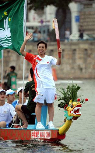 5月3日,奥运火炬手彭芷珊在龙舟上手持火炬传递。当日,北京奥运圣火传递活动在中国澳门举行。