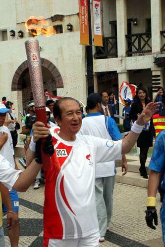 第二棒火炬手86岁赌王何鸿燊 图片摄影:奥运官网记者 李威