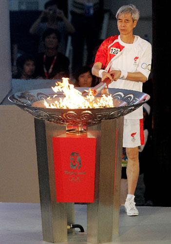5月3日,奥运火炬手梁庆庭在城市庆典上点燃圣火盆。当日,北京奥运圣火传递活动在中国澳门举行。新华社记者周磊摄